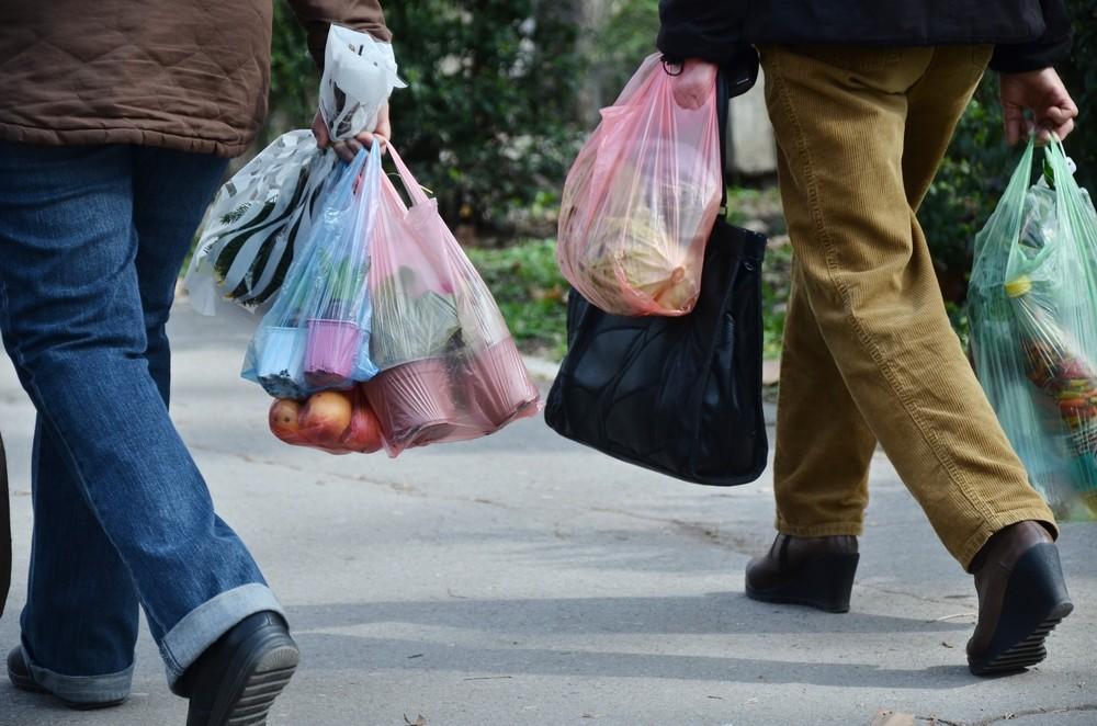 Заборона поліетиленових пакетів в Україні: коли почне діяти закон (відео)