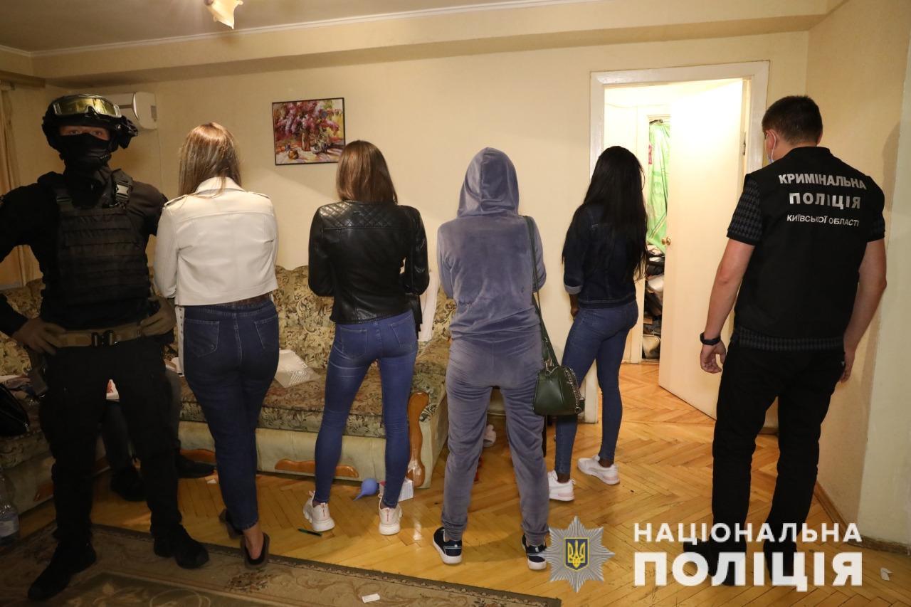 """Поліція підписала фото словом """"шл**и"""": на Київщині викрили групу сутенерів (відео)"""