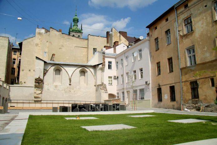 Простір Синагог у Львові: меморіал перетворився на смітник та громадський туалет (відео)