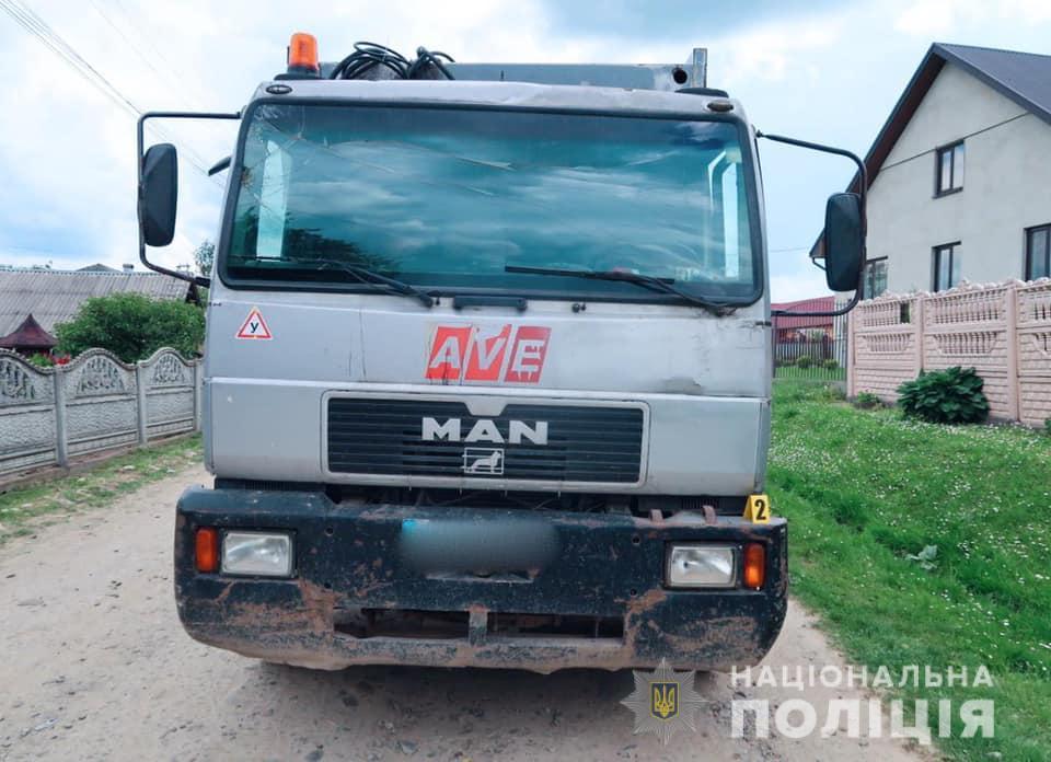 На Прикарпатті під колесами сміттєвоза загинув 46-річний чоловік (фото 18+)