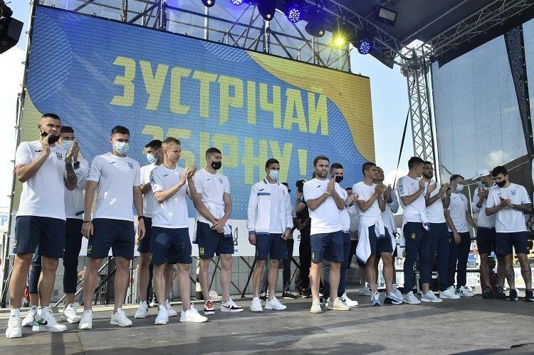 """""""Наші хлопці — герої!"""": вболівальники зустріли збірну України, яка повернулася додому (відео)"""