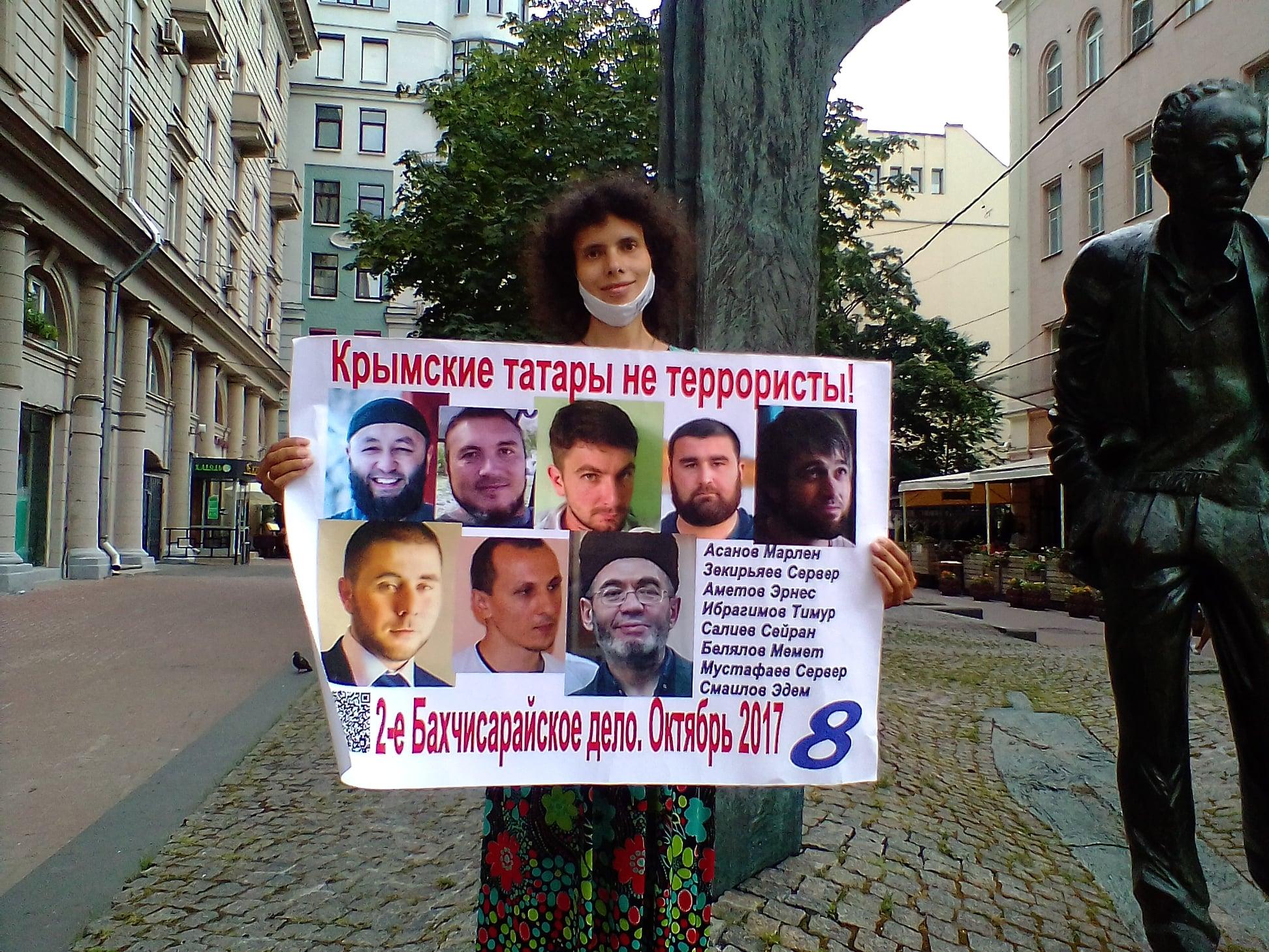 Активісти з Москви провели одиночні пікети на підтримку кримських татар (фото)