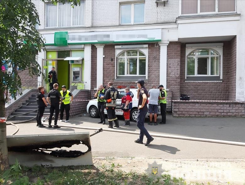Розбійний напад у Києві: жінка з пістолетом намагалася пограбувати банк (відео)