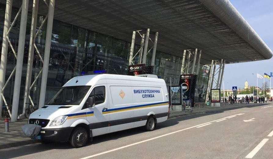 Знайшли підозрілу сумку: у аеропорту Львові евакуйовують людей через загрозу вибуху (фото)