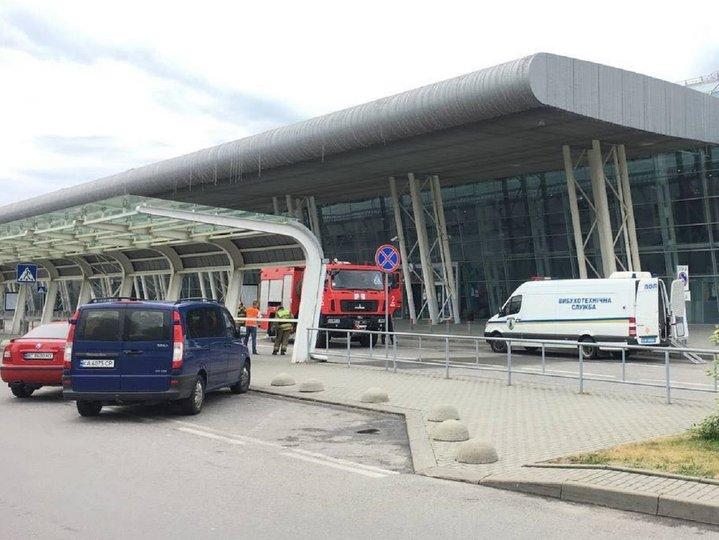 Замінування аеропорту у Львові: підозрілу сумку, яка могла вибухнути виявили в залі очікування (відео)