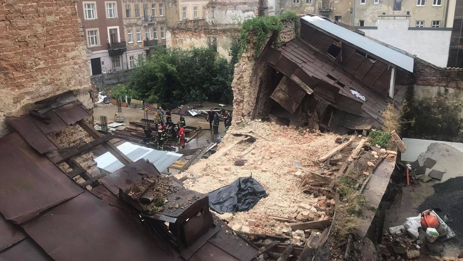 Обвалилась стіна будинку на вулиці Руській: у Львові під завалами помер неповнолітній робітник (відео)
