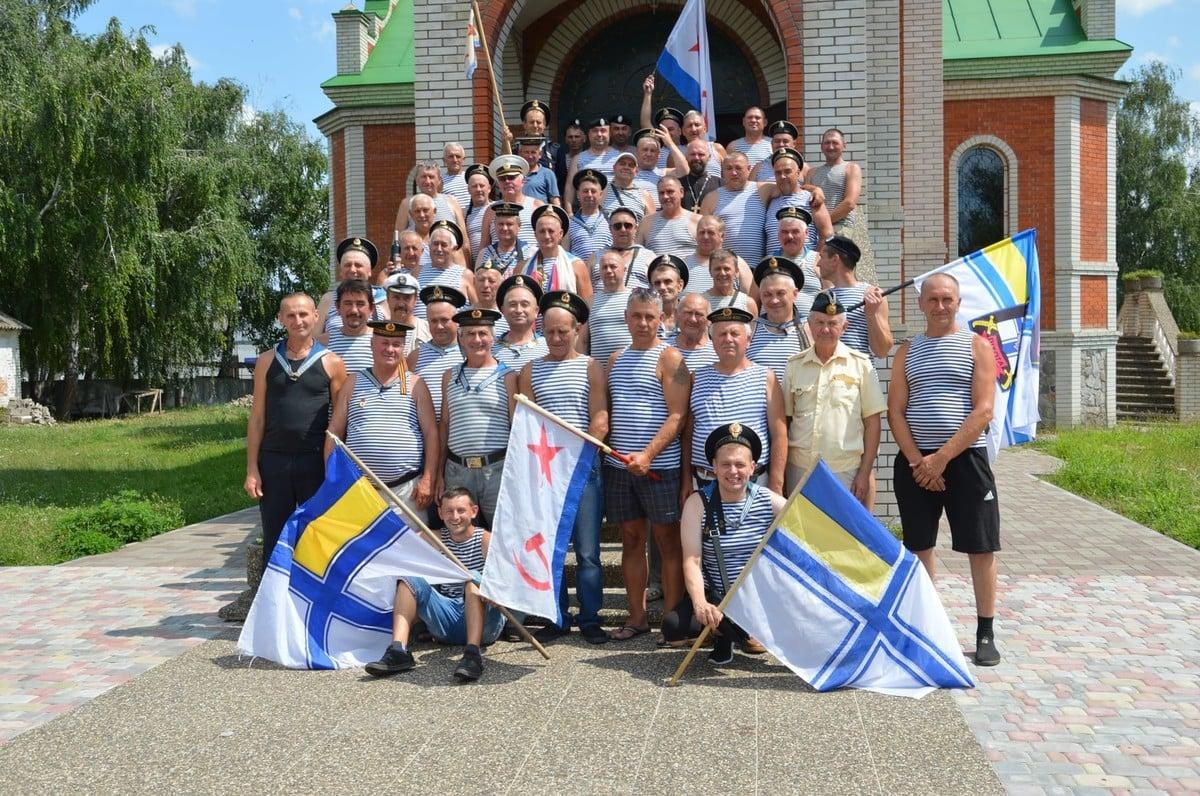 Скандал на Полтавщині: голова громади позував із прапором ВМФ СРСР