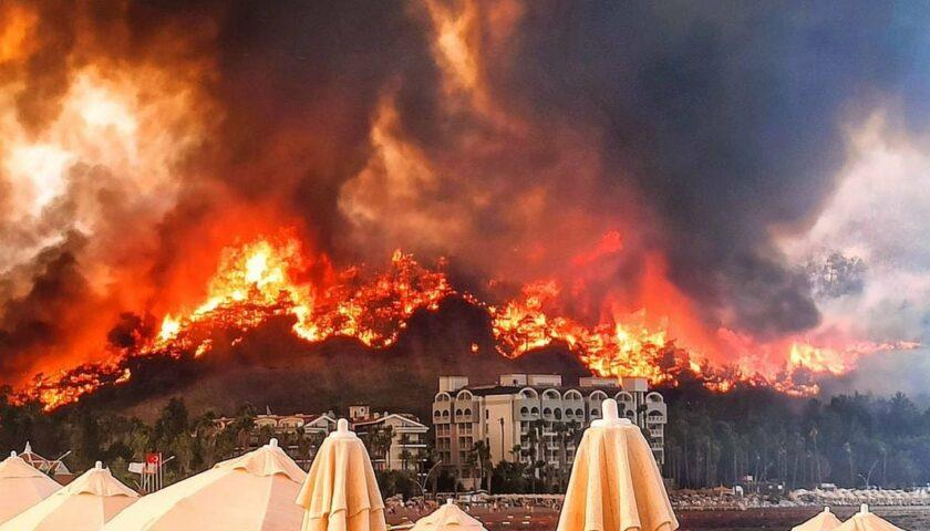 Українців з Туреччини евакуйовували катером: дороги до аеропорту охопив вогонь