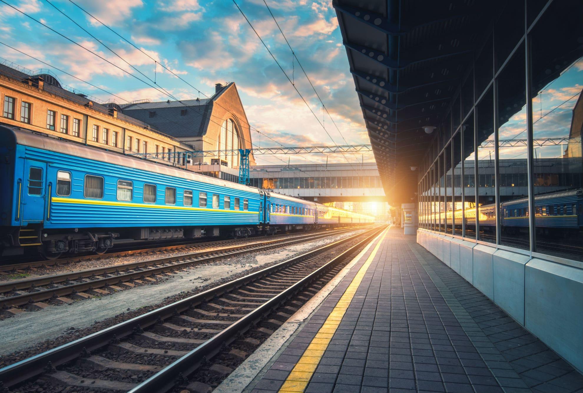 """У поїзді """"Укрзалізниці"""" зламану лампу приклеїли до стелі медичним пластиром (фото)"""