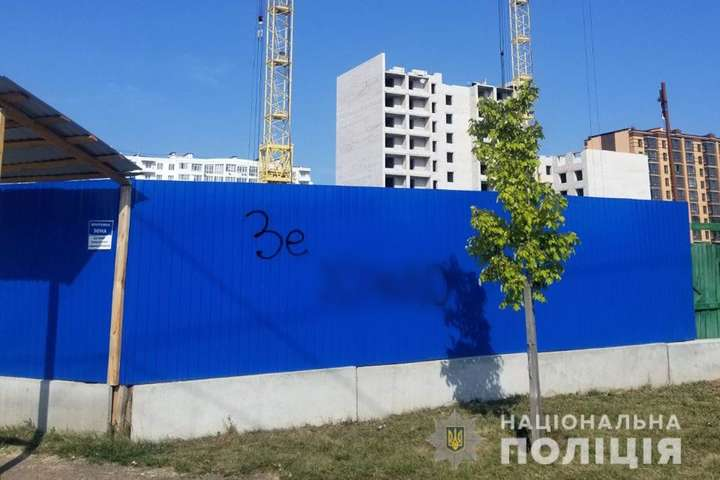 У Чернігові судитимуть чоловіка за непристойний напис на паркані про Зеленського (відео)