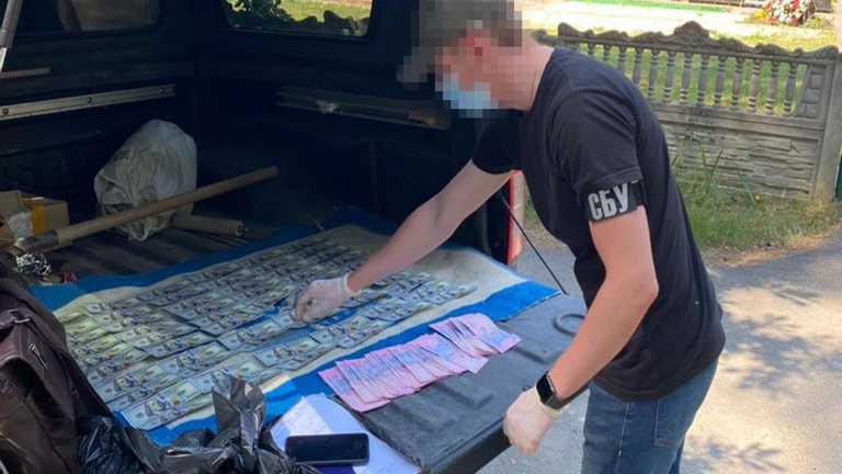"""""""Вимагали до 50 тисяч доларів за місце на київських кладовищах"""": СБУ затримала зловмисників (відео)"""