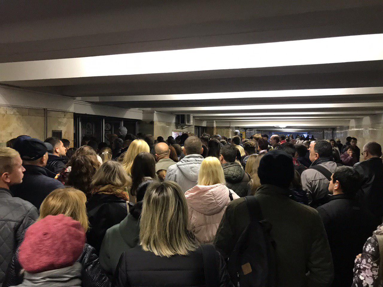 На станціях метро Києва утворився колапс: не працювали термінали на турнікетах (відео)