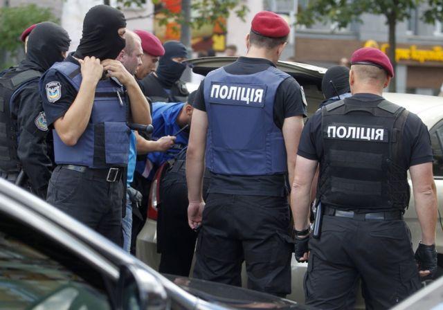 """""""Надзвичайно хитрий та небезпечний"""": на Луганщині розшукують маніяка, який вбив рідну тітку та друга (фото)"""