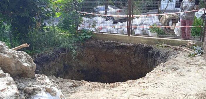 У Львові посеред подвір'я багатоквартирного будинку утворилось провалля (відео)