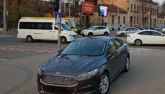 Не впорався з маневром: у Львові на швидкості авто виїхало на тротуар та збило жінку
