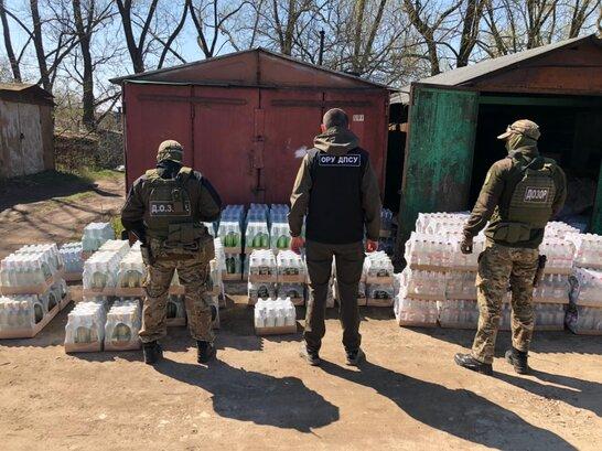 В гаражі у Львові правоохоронці виявили 2000 пляшок підробленої горілки