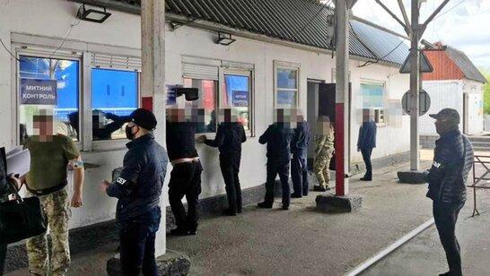 """СБУ викрила на хабарі прикордонника, який """"допомагав"""" завозити євробляхи в Україну (відео)"""