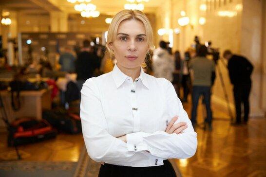"""Депутатка від """"Слуги народу"""" прийшла до Верховної Ради із сумкою Dior за 62 тисячі (відео)"""