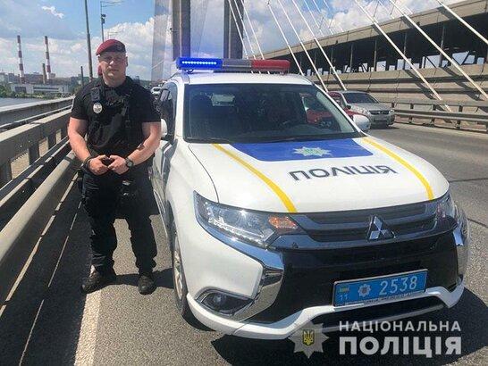 У Києві на мосту поліцейські врятували одразу двох самогубців (відео)