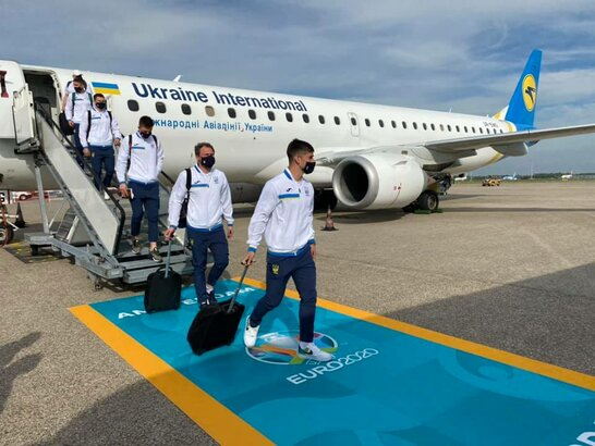 Збірна України прилетіла в Амстердам на матч Євро-2020 з Нідерландами