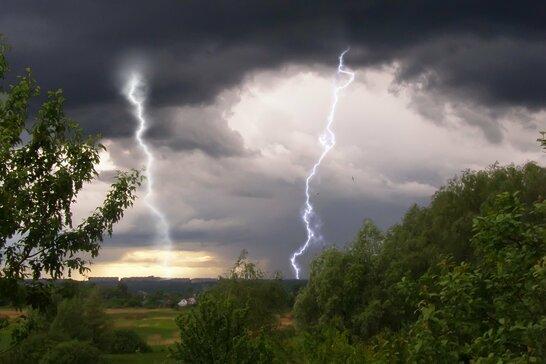 В Україні через грозу та вітер 80 населених пунктів залишились без електрики