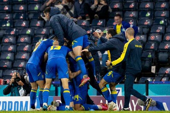 Запальні танці у роздягальні: футболісти збірної України відсвяткували перемогу над командою Швеції