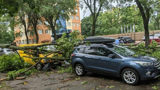 Київ накрила гроза та сильні пориви вітру: затоплені вулиці та станції метро (відео)