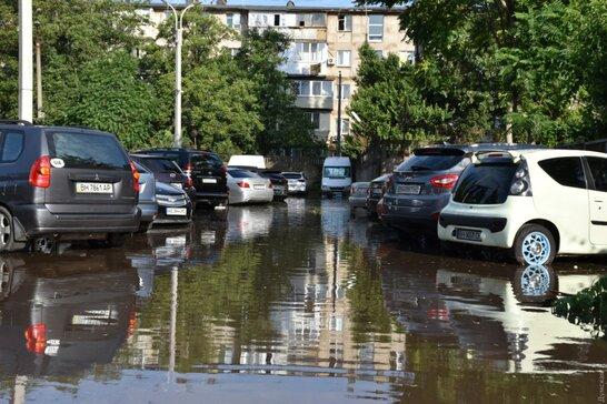 Потужна злива в Одесі: негода затопила десятки центральних вулиць міста (відео)