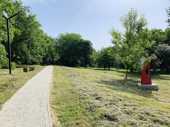 У Малоголосківському парку у Львові тривають роботи з облаштування дитячої зони (відео)