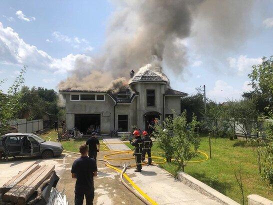 На Прикарпатті на житловий будинок впав легкомоторний літак: загинуло четверо осіб (відео)