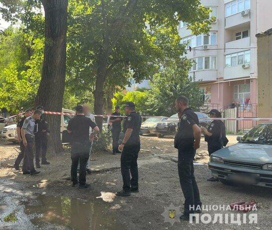 """В Одесі невідомий серед дня застрелив чоловіка: поліція розпочала операцію """"Сирена"""" (відео)"""