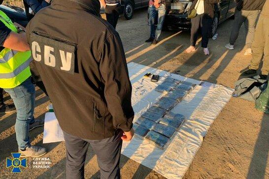 Кокаїн серед бананів: СБУ затримала на Одещині іноземних наркоторговців (фото)