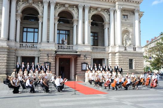 Червона доріжка та оркестр під відкритим небом: Львівська опера відкрила новий театральний сезон (відео)
