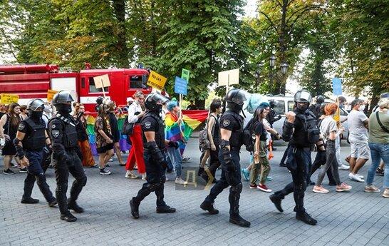 Кидали шашки та пускали сльозогінний газ: в Одесі на ЛГБТ-марші затримали 51 особу (відео)