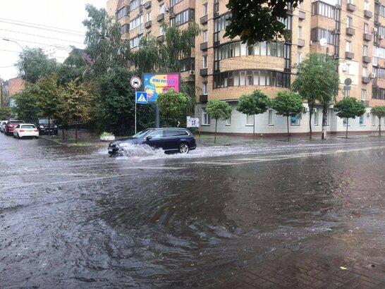 Злива з градом і затоплені вулиці: у Києві пройшов потужний ураган (відео)