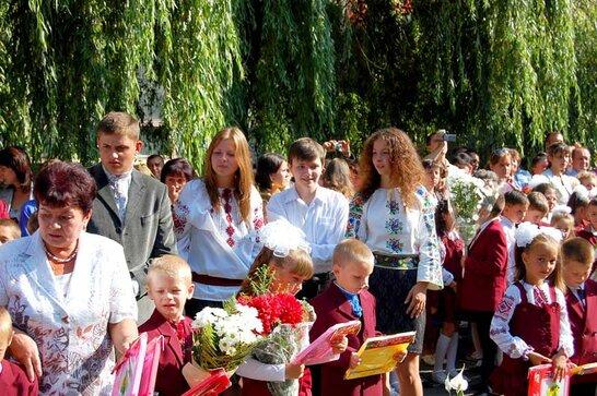 Перше вересня у Львові: школярі знову повернулися за парти у звичному форматі навчання (відео)