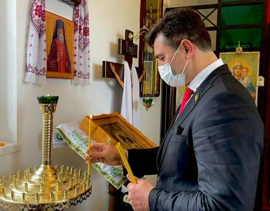 """""""Помолився за Гео Лероса"""": скандальний """"слуга народу"""" Тищенко після бійки пішов у церкву (відео)"""