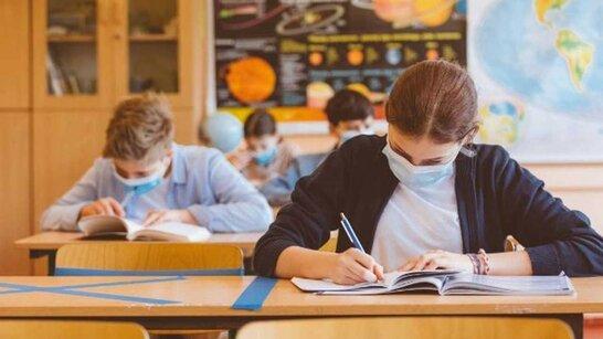 """У Львові попри """"жовту"""" зону школи працюватимуть у звичному режимі: вчителі мають мати довідку чи тест (відео)"""