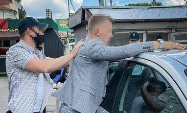 """Правоохоронці """"спіймали на гарячому"""" банду хабарників на Київській митниці  (фото)"""
