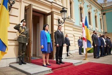 Зустріч Зеленського із президентом Грузії: солдат впустив з рук частину амуніції (відео)