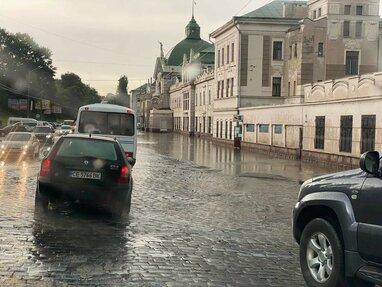 Раптова злива в Чернівцях: негода підтопила вокзал і центральні вулиці (відео)
