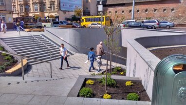 Тривають ремонтні роботи: у Львові на площі Митній перекрили прохід для пішоходів (відео)