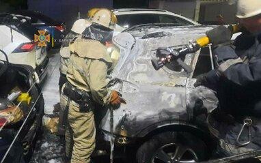 У Харкові вночі горіли шість автомобілів: рятувальники ліквідували пожежу (відео)