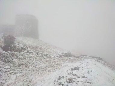 Температура сягає -4 °C: у Карпатах на горі Піп Іван випав сніг (фото)