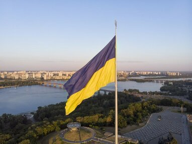 Cпалила український прапор: дівчина з Дніпропетровщини перепрошує за вчинене (відео)