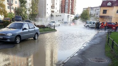 Вулицю Харкова затопило окропом: гаряча вода текла просто під колеса автомобілів (відео)