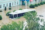 Машини пішли під воду, а вулиці перетворились на річки: в окупованому Криму затопило Керч (відео)