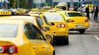 """У Харкові """"майбутні прокурорки"""" скандалили в таксі: дівчата не хотіли оплачувати поїздку (відео)"""