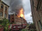Вогонь охопив усі поверхи великої частини будівлі: масштабна пожежа на Закарпатті (відео)